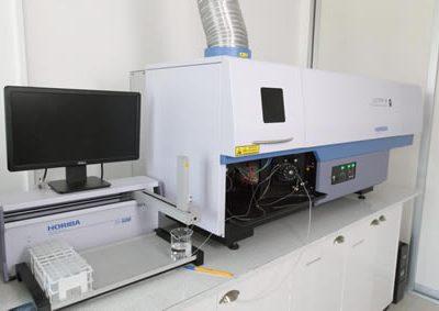 Espectrofotómetro de Emisión Óptica por Plasma Acoplado Inductivamente (ICP-OES).